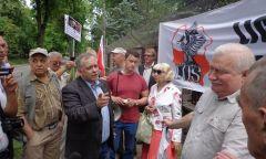 Manifestacja przed willą Lecha Wałęsy